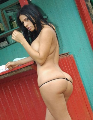 selena-posing-nude